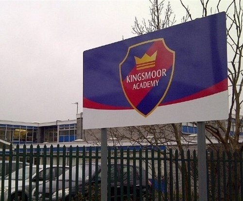 Post mounted aluminium panel entrance sign for Harlow primary school Kingsmoor Academy