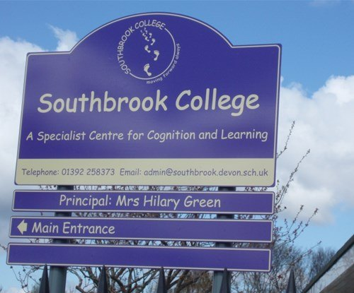 Post mounted entrance sign, in aluminium, with additional wayfinding slats below