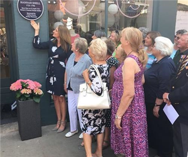 Amanda Houston, the great, great granddaughter of Hannah Snell & sponsor Crown Ladies Probus Group unveiling the blue plaque