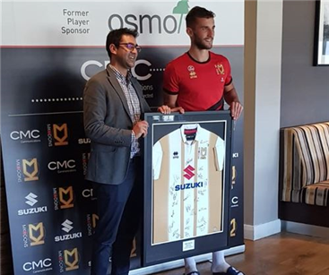 Janiv presenting the man of the match award to